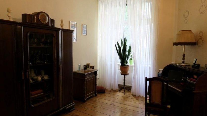 Wohnzimmer mit originalem hölzernem Fußboden