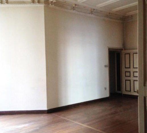 Großes Zimmer mit einem hellen Parkettboden
