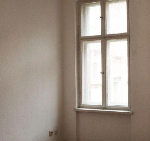 Schönes Zimmer mit einem Fenster auf dem Hinterhof